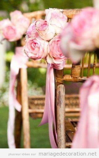 Idees décoration mariahe au jardin, chaises en bois et roses