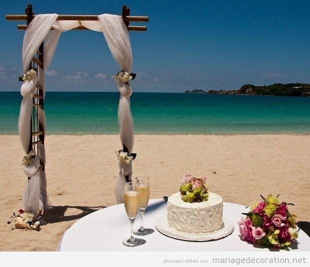 Autel simple en bois et tulle, mariage sur la plage