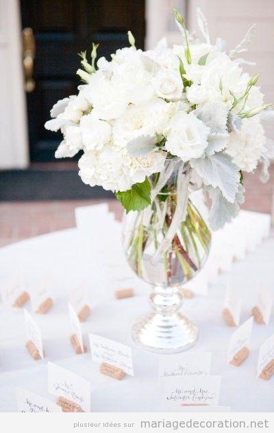 Vase en verre transparent et fleur blanches pour décorer un mariahe