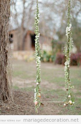 Un balançoire avec des fleurs pour décorer un mariage au jardin