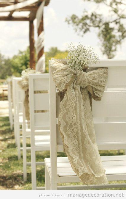 Déco mariage au jardin pas cher, chaises blanches et noeuds en jute et dentelle