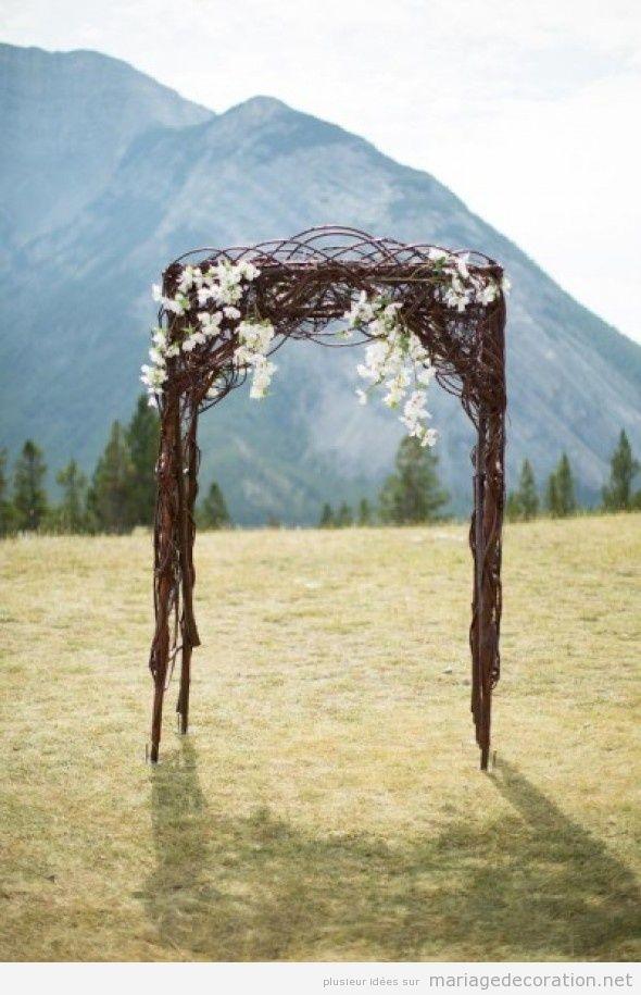Autel simple construit de branches pour un mariage au jardin