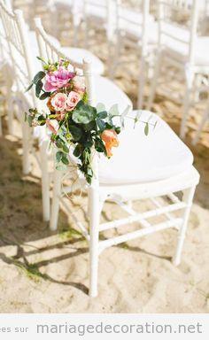 Déco chaises blanches avec des fleurs, mariage au jardin