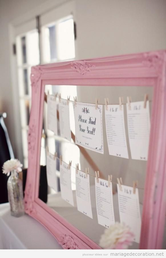 Idée original mariage,  Encadrement vintage en rose avec les noms des invités