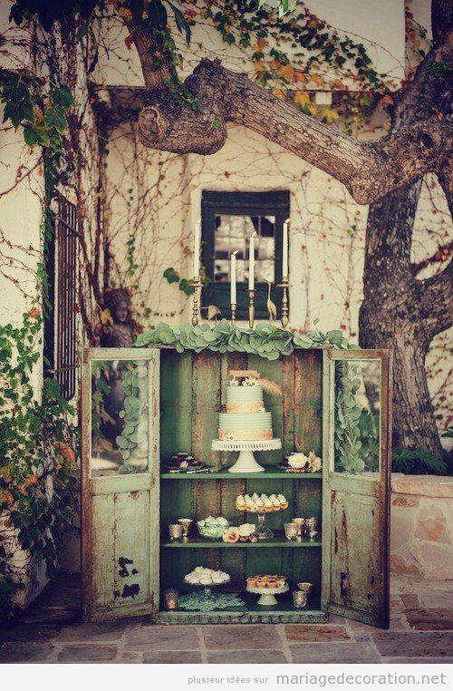Décoration mariage table à desserts vitrine vintage