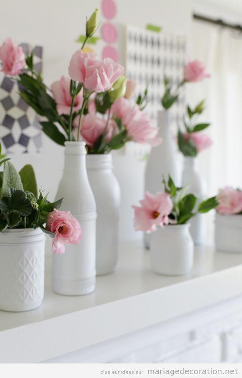 Vases blancs et fleures roses, centre de table simple pour décorer un mariage