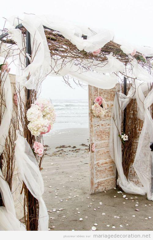 Une porte vintage comme autel, mariage sur la plage