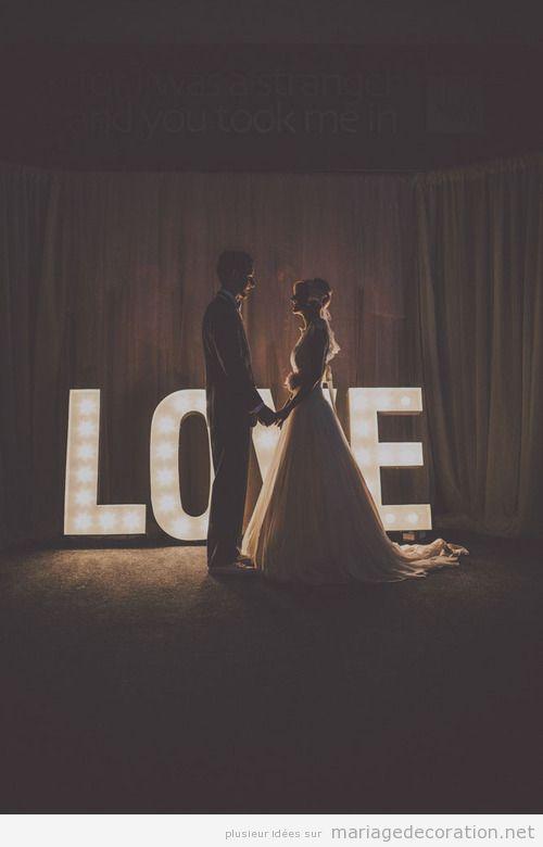 Idée décorer mariage de nuit, mot LOVE lumières