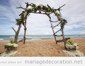 Déco mariage plage, autel de tronc de mer et fleurs