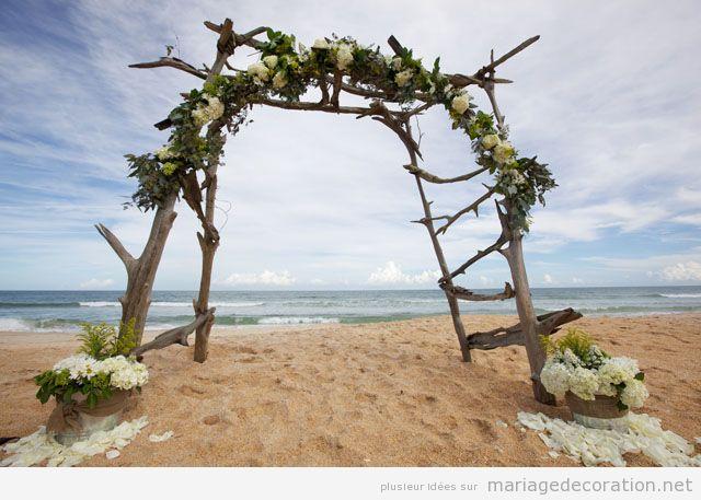 Autel mariage plage fabriqué de branches et fleurs