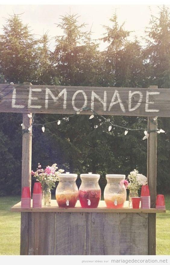 Marchand ou étal de lemonade pour un mariage au jardin à l'été