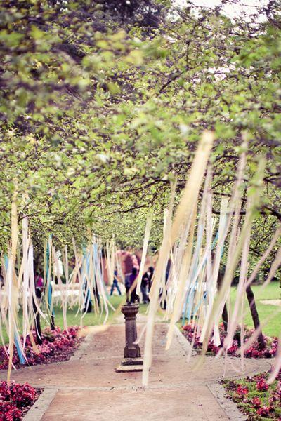 Déco arbres mariage avec rubans
