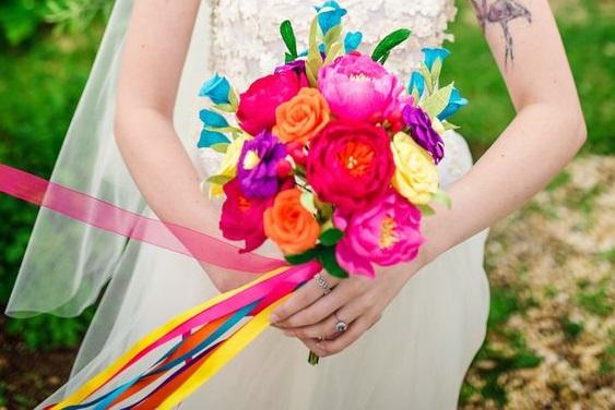 Bouquet mariée décoré avec rubans